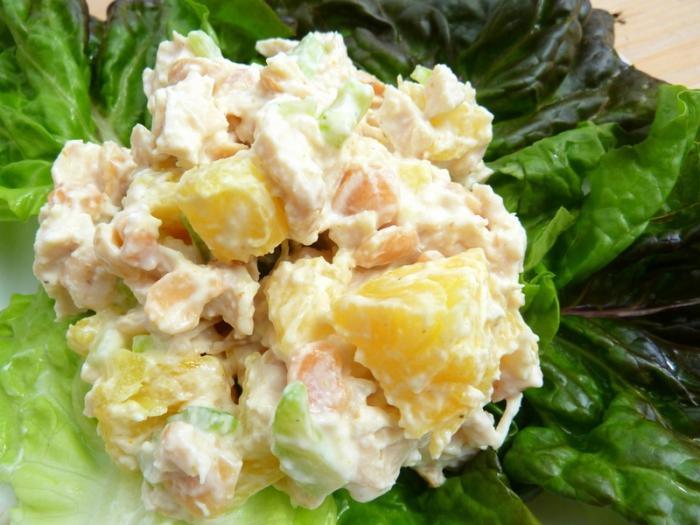 Салат из курицы с ананасом и сыром и грецким орехом и яйцом