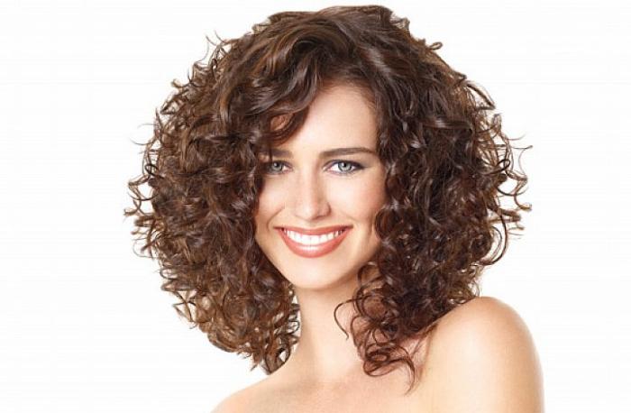 прически на вьющиеся волосы фото
