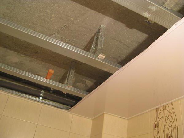 Как сделать навесной потолок в ванной из пластиковых панелей